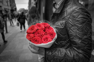 man holding roses-red flags in a relationship